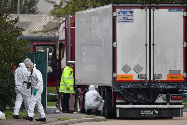 ©AFP |Les enquêteurs autour du camion qui transportait 39 cadavres, à Grays (Royaume-Uni).