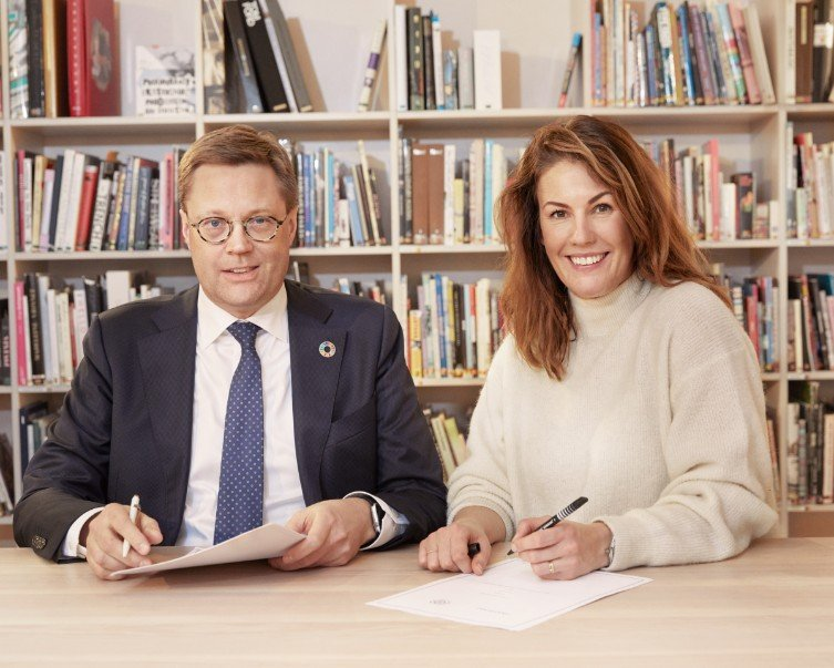 IOM Finland Chief of Mission Simo Kohonen and H&M Group Head of Sustainability Anna Gedda sign an MoU to Promote the Ethical Recruitment and Protection of Migrant Workers | Photo: IOM