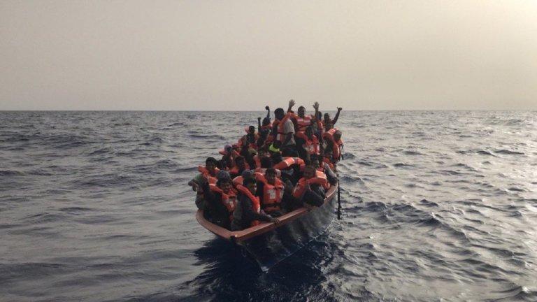 مهاجرانی که روز جمعه ۱۹ جون ۲۰۲۰ توسط کشتی مارجونیو از مدیترانه نجات داده شدند.  عکس از سازمان نجات انسانها در مدیترانه
