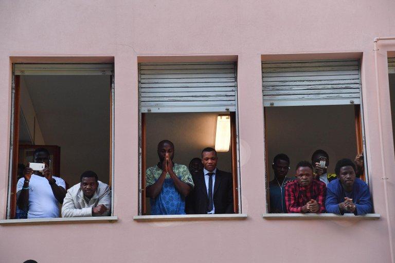 ANSA / مهاجرون في مركز الاستضافة في جنوى. المصدر: أنسا/ لوكا زيناورو.