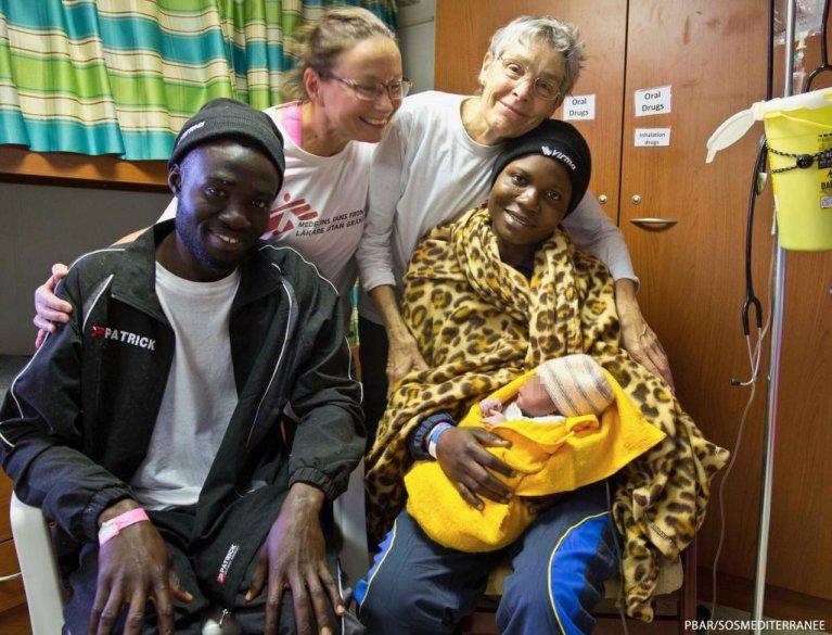 الطفلة ميرسي بعد ولادتها مباشرة على متن سفينة أكواريوس. وتظهر في الصورة أمها وعمها وعاملتي إنقاذ / أرشيف