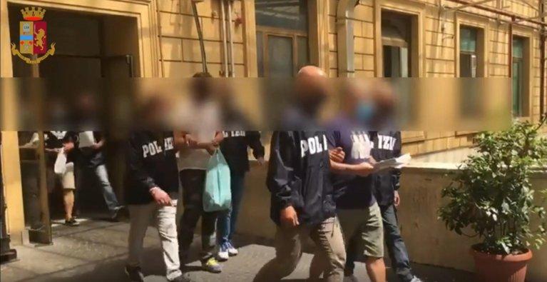 ANSA / صورة من شريط فيديو تظهر شرطة ميلانو أثناء التحقيق الذي نتج عنه توقيف خمسة أشخاص والتحقيق مع 78 آخرين. المصدر: أنسا.