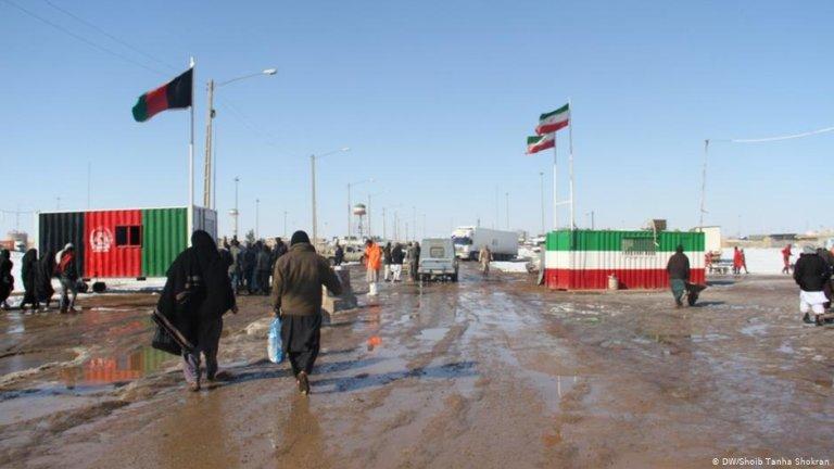 مهاجران در حال عبور از مرز ایران و افغانستان در منطقه اسلام قلعه ولایت هرات