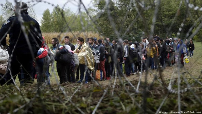 Many migrants wait at the Hungarian border at the height of the crisis in 2015 | Photo: Picture Alliance / AP Photo/ P. David Josek