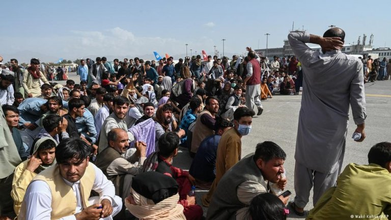 Afghans wait to leave the Kabul airport on August 16, 2021   Photo: Wakil Kohsar/AFP