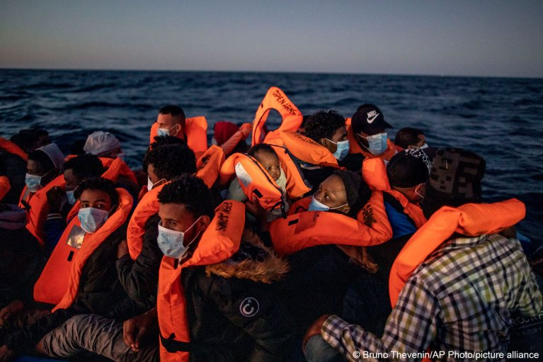 Migrants on board an overcrowded rubber dinghy in the Mediterranean Sea, prior to being rescued by Open Arms, on February 12, 2021 | Photo: Bruno Thevenin/picture-alliance/dpa/AP