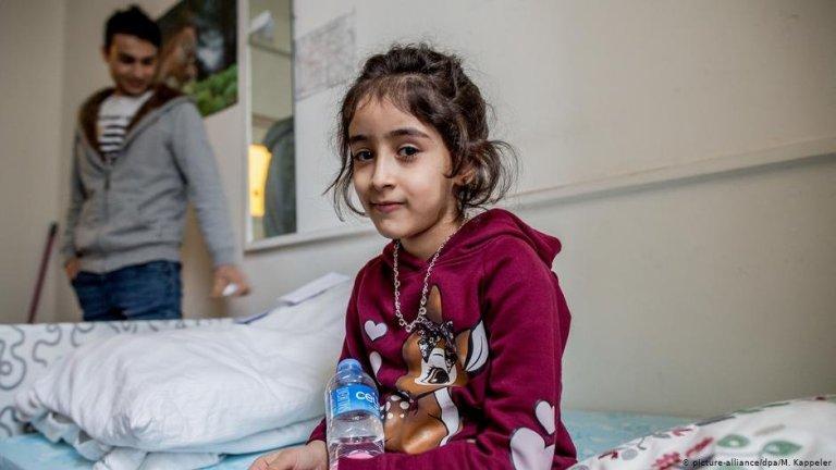 في ألمانيا ، يعيش الأطفال في مراكز طالبي اللجوء إلى جانب البالغين.