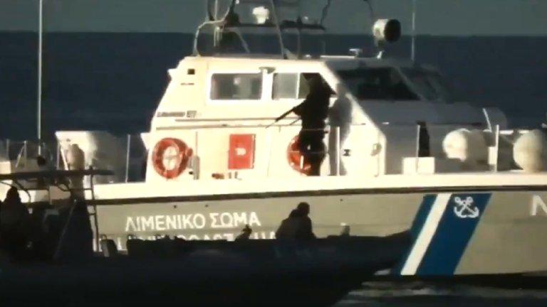 Capture d'écran de la vidéo : des hommes, qui semblent être des garde-côtes grecs, sont vus en train de tirer dans l'eau près d'une embarcation venue de Turquie.