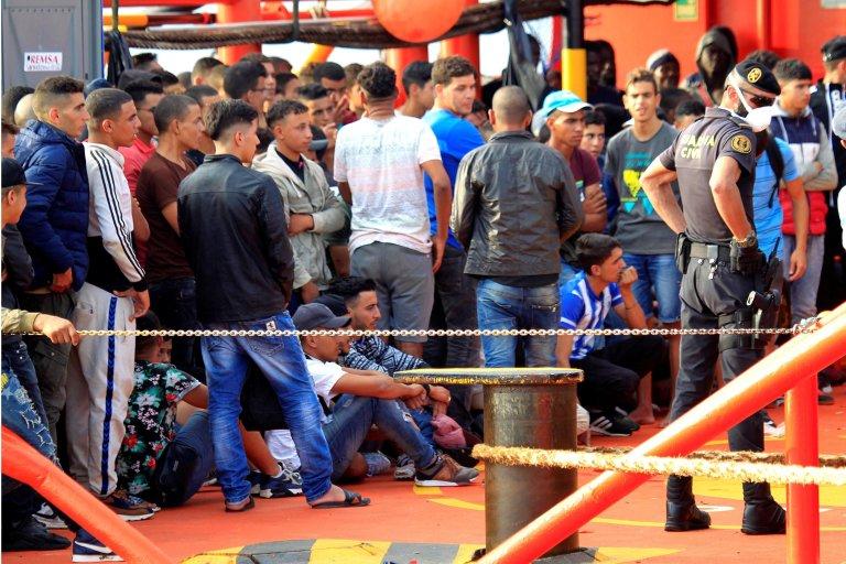 ANSA / بعض المهاجرين الذين تم إنقاذهم من الغرق في البحر، وهم على متن سفينة الإنقاذ لدى وصولهم إلى ميناء الجسيراس في إسبانيا في 13 أيلول / سبتمبر الجاري. المصدر: إي بي أيه/ أيه كاراسكو راجيل.