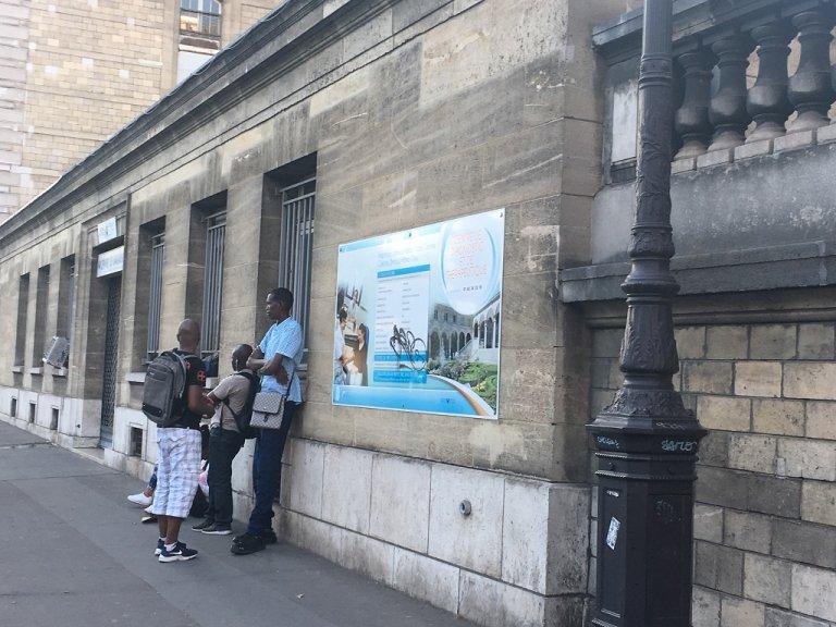 Des personnes patientent devant la PASS de l'Hôtel-Dieu, à Paris, le 27 juillet 2018. Crédit : InfoMigrants