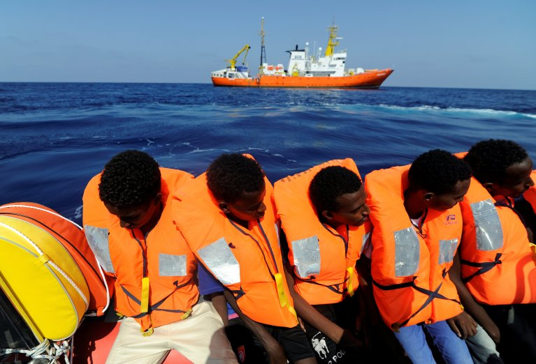 REUTERS/Guglielmo Mangiapane  Des migrants secourus par l'Aquarius des ONG SOS Méditerranée et Médecins sans frontières, le 10 août 2018, au large de la Libye.