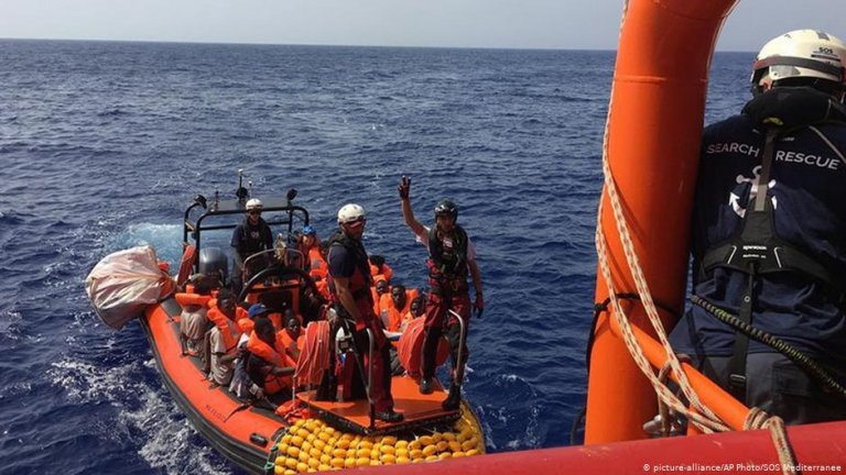 The Ocean Viking migrant ship picks up 80 people from a rubber dinghy off Libya | Photo: Picture-alliance/AP Photos/SOS Mediterranee