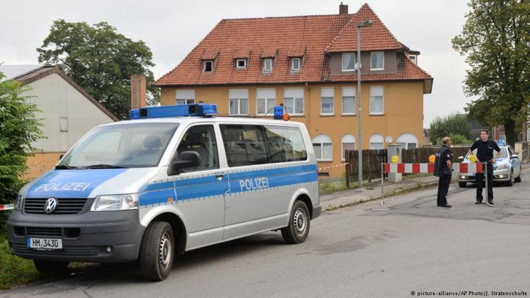 A police car in fron of a home for asylum seekers in Salzhemmendorf, Germany   Photo: Picture-alliance/AP Photo/J.Stratenschulte
