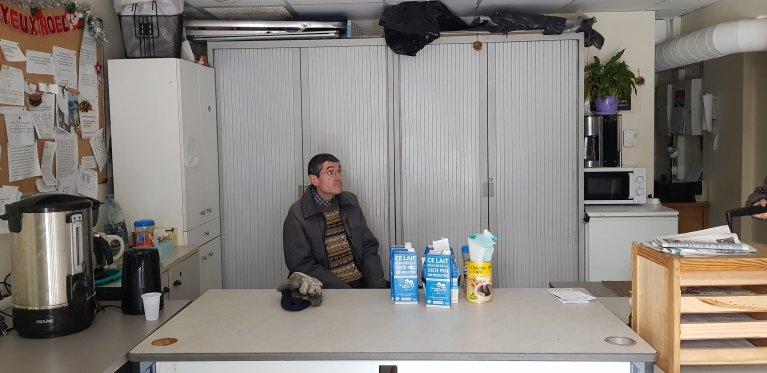 Bernard est l'un des huit bénévoles de l'association SOS Voyageurs à la gare Marseille Saint-Charles. Crédit : Anne-Diandra Louarn / InfoMigrants