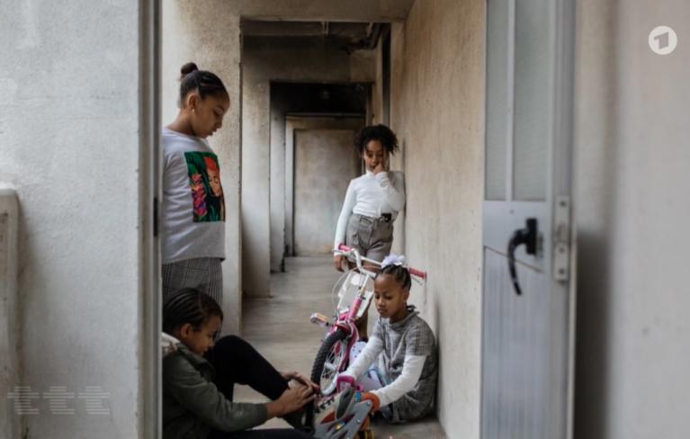 """De jeunes enfants d'immigrés dans la capitale portugaise / Photo : Capture d'écran de l'émission """"Titel, Thesen, Temperamente"""" du 10 janvier 2021"""