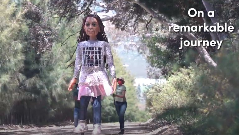 The refugee girl puppet will walk 8,000 kilometers from Turkey to England   Photo: ANSA/Youtube