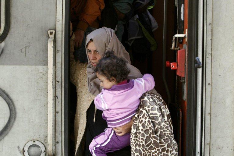 ANSA / مهاجرون من سوريا وباكستان وأفغانستان يهبطون من القطار القادم من مقدونيا في محطة القطارات في بلغراد، وذلك في طريقهم إلى الاتحاد الأوروبي. المصدر: إي بي إيه/ كوتشا سوليمانوفيتش.