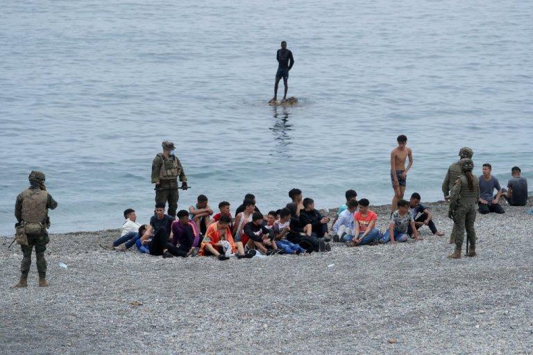 وصول آلاف المهاجرين إلى سبتة. 17 أيار/مايو 2021. المصدر: رويترز
