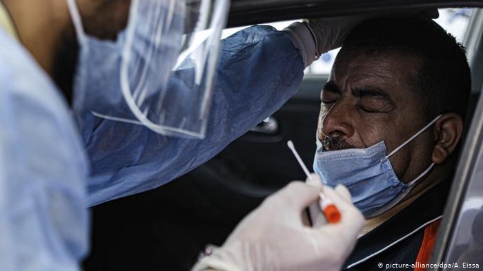 أمنتسي: كثير من الدول أساءت استخدام الأزمة الصحية. (الصورة رمزية لصحي يأخذ عينة فحص)