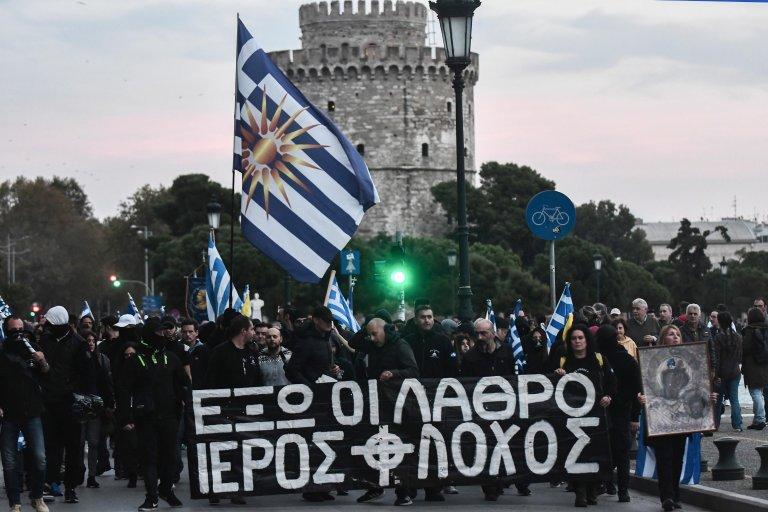 Sakis MITROLIDIS / AFP |Des manifestants d'extrême droite défilent contre le transfert de migrants des îles grecques au continent, le 3 novembre 2019, à Thessalonique.