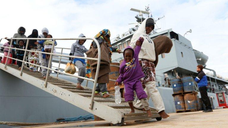 Des migrants interceptés en mer Méditerranée par les garde-côtes libyens débarquent sur une base navale à Tripoli, le 16 décembre 2017. Crédits photo : Ismail Zitouny, Reuters