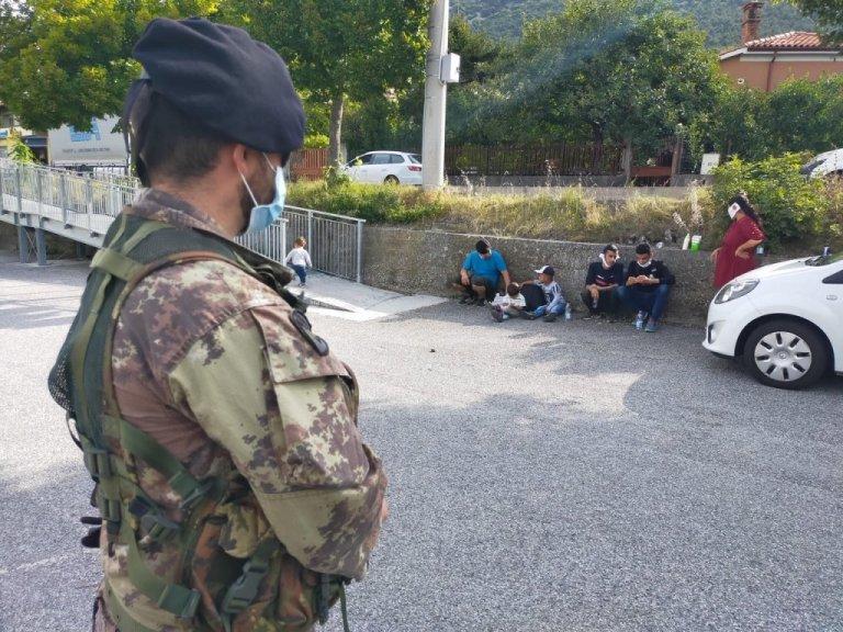 Un soldat patrouillant le long de la frontière italienne (image d'archive). Crédit : Ansa