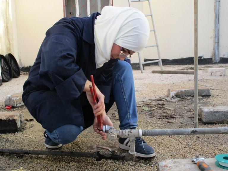 صفاء سكرية لاجئة سورية في الأردن لديها ورشة وأكاديمية للسباكة