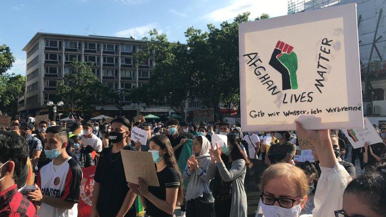 صدها تن در اعتراض به بدرفتاری پولیس و نیروهای مرزی ایران در برابر مهاجران افغان در شهر کلن آلمان تظاهرات کردند