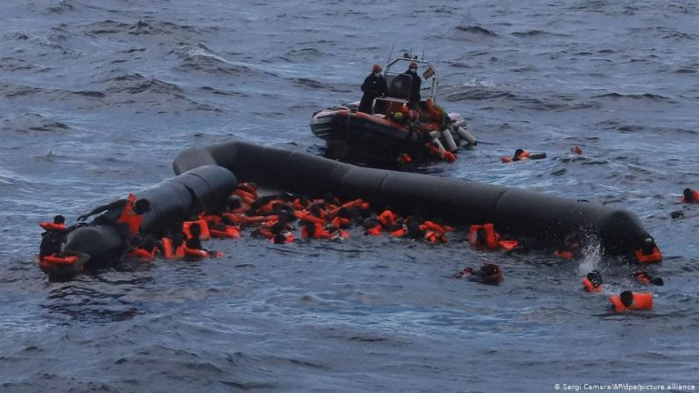 People at sea clinging to a capsized dinghy | Photo: Sergi Camara/AP/dpa/Picture-alliance