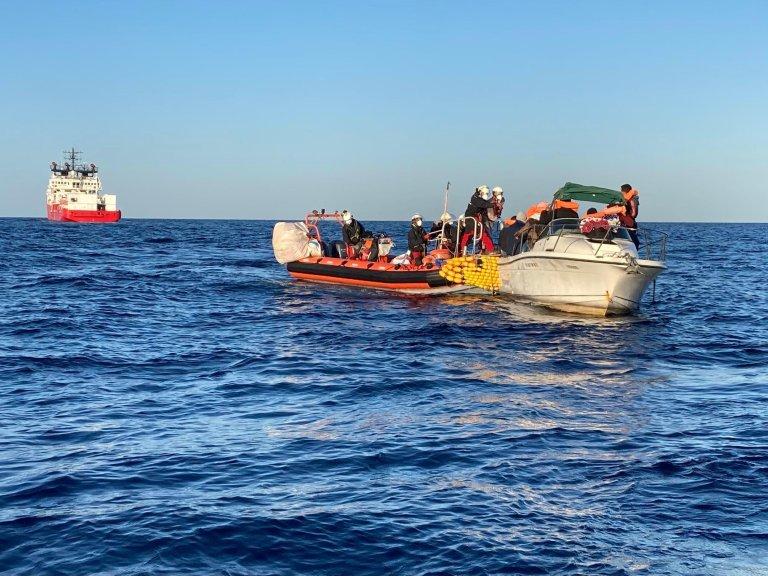 """Le 18 mars dernier, à 36 milles des côtes de la Libye, l'""""Ocean Viking"""" a porté secours à cette embarcation à la demande de garde-côtes libyens. Crédit : Guilhem Delteil / RFI"""