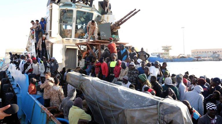ANSA / قارب يتبع قوات حرس الحدود الليبية على متنه نحو 500 مهاجر، معظمهم من الأفارقة، يصل إلى ميناء مدينة مصراتة. المصدر: إي بي إيه.