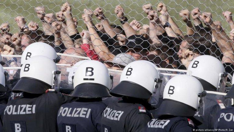 عکس از دویچه وله/ نیروهای اتریش هنگام پیشبرد تمرینات به هدف جلوگیری از ورود پناهجویان در مرز با سلوانیا