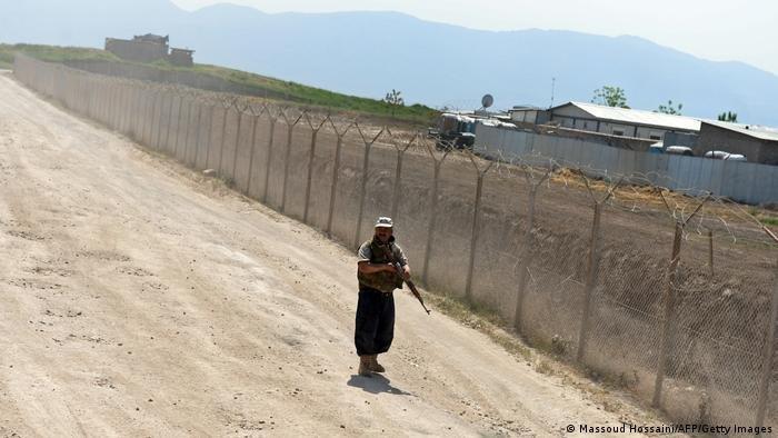 حارس أمن أفغاني أمام معسكر للجيش الألماني في ضواحي قندوز، أرشيف 2013.