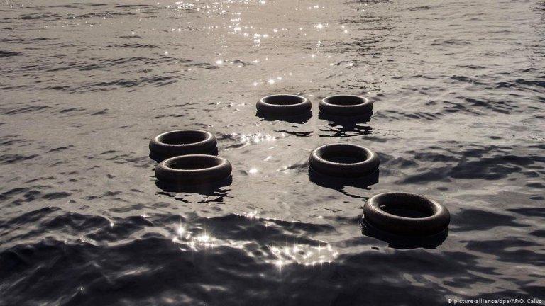لاستیک های موتر که بر روی آب شناور هستند./عکس: Picture-alliance/dpa/AP/O.Calvo