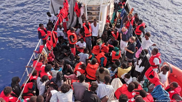 Migrants on board the Eleonore rescue boat | Photo: Picture-alliance/dpa/J.Filous