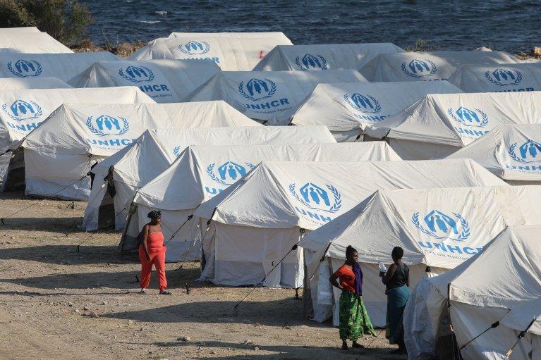 Des migrants chassés du camp de Moria, détruit par les flammes, sont logés dans un camp temporaire, sur l'île de Lesbos, en Grèce. Crédit : Reuters.