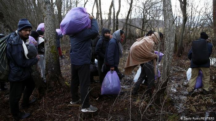 مهاجرون في غرب البوسنة يحاولون العبور عبر الغابة إلى كرواتيا، العضو في الاتحاد الأوروبي