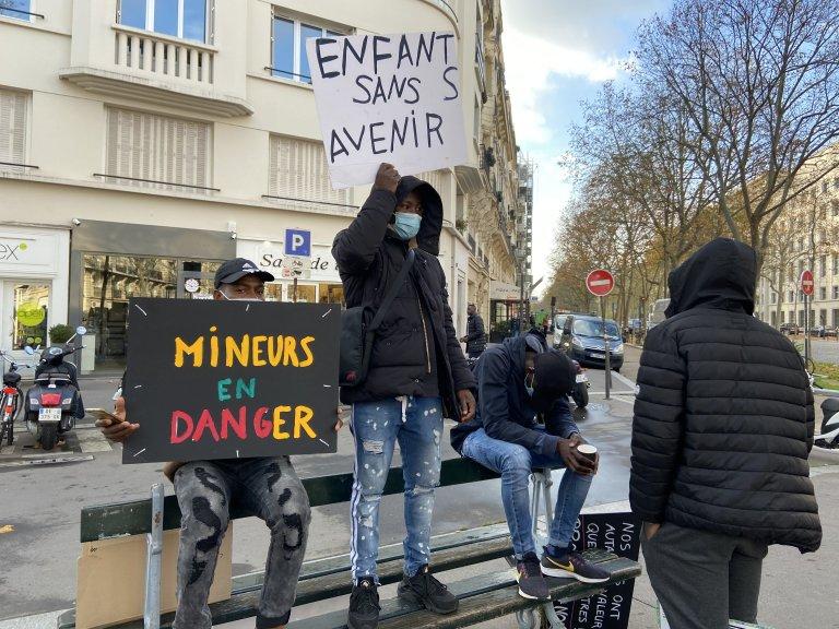 مهاجرون قاصرون يتظاهرون في باريس احتجاجا على ظروفهم المعيشية، تشرين الثاني\نوفمبر 2020. مهاجر نيوز