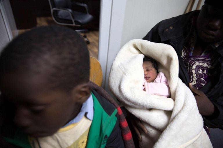 "ansa / رضيع (20 يوما) نائم في مطار طرابلس بعد إنقاذه من قبل حرس السواحل الليبي إثر غرق قارب كان يقله ضمن 120 مهاجرا من بينهم 4 أطفال و10 سيدات. المصدر: ""إي بي إيه""/ أس تي أر."