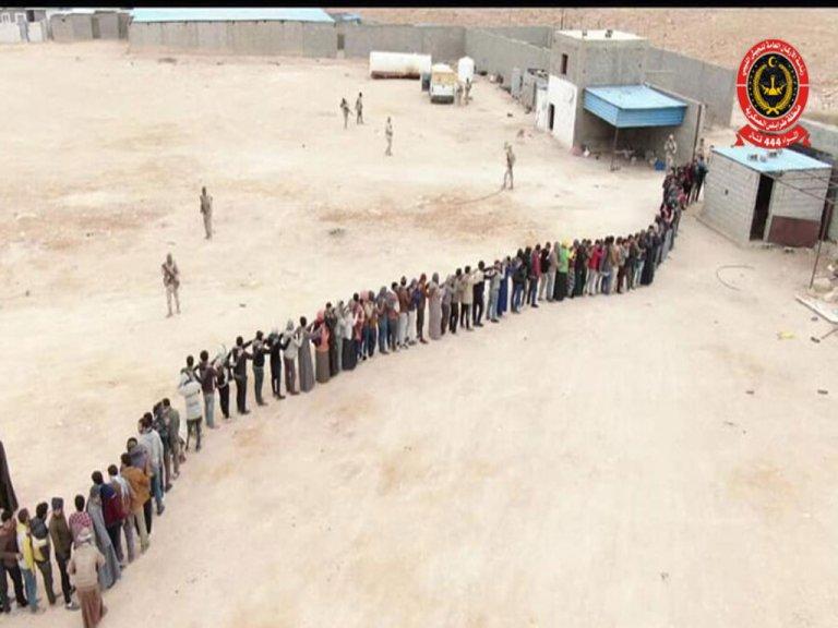 الجيش الليبي يحرر 120 مهاجراًً كانوا محتجزين كرهائن في بني وليد. 10 آذار/مارس 2021. الصورة من تويتر