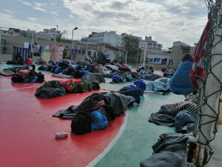 مهاجرو أبو سليم قضوا ليلتهم الأولى في مركز مفوضية اللاجئين في طرابلس بالعراء. الصورة أرسلها لنا مهاجرون في المركز
