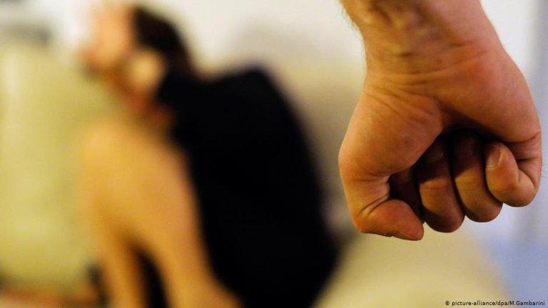 Les femmes sans-papiers victimes de violences conjugales sont exclues des dispositifs de protection. Crédit : Picture alliance