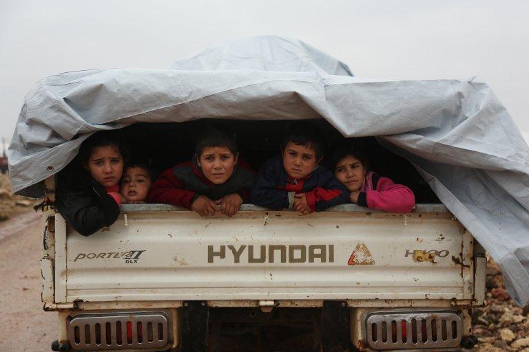 أطفال سوريون نازحون هاربون من العنف في منطقة معرة النعمان في شمال سوريا. المصدر: إي بي إيه / يحيى نعمة.