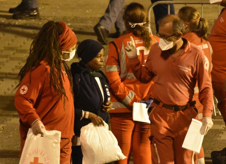 ANSA / المهاجرون يهبطون من السفينة ديتشوتي في ميناء كاتانيا الإيطالي. المصدر: أنسا/ أوريتا سكاردينو.