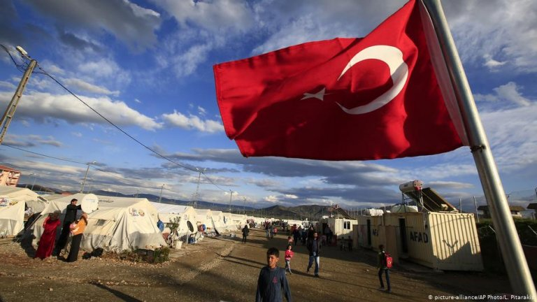 A refugee camp with a Turkish flag | Photo: picture-alliance/AP Photo/L. Pitarakis
