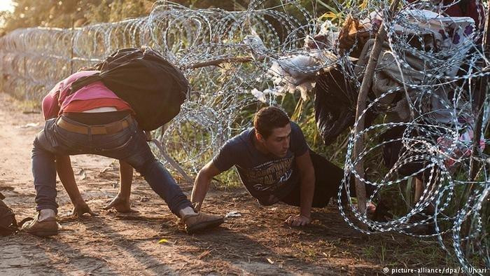 صورة من الأرشيف لمهاجرين يحاولون عبور الحدود الصربية المجرية