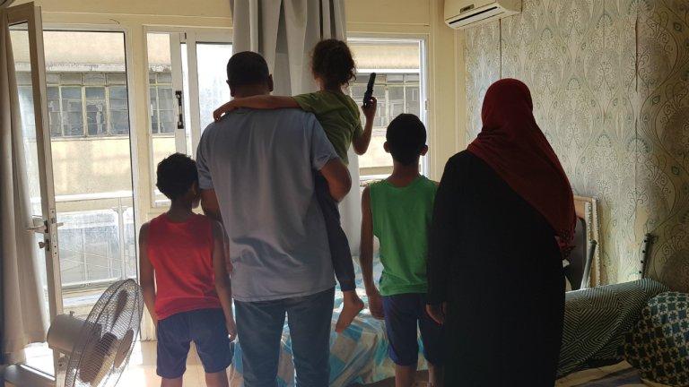 Maher, son épouse et trois de leurs quatre enfants. Crédit : Anne-Diandra Louarn / InfoMigrants