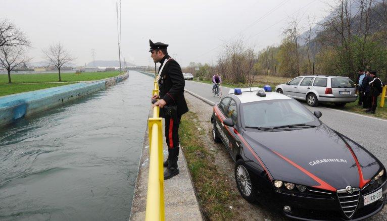 ANSA / صورة من الأرشيف لشرطي إيطالي يراقب أحد مجاري المياه. المصدر: أنسا.