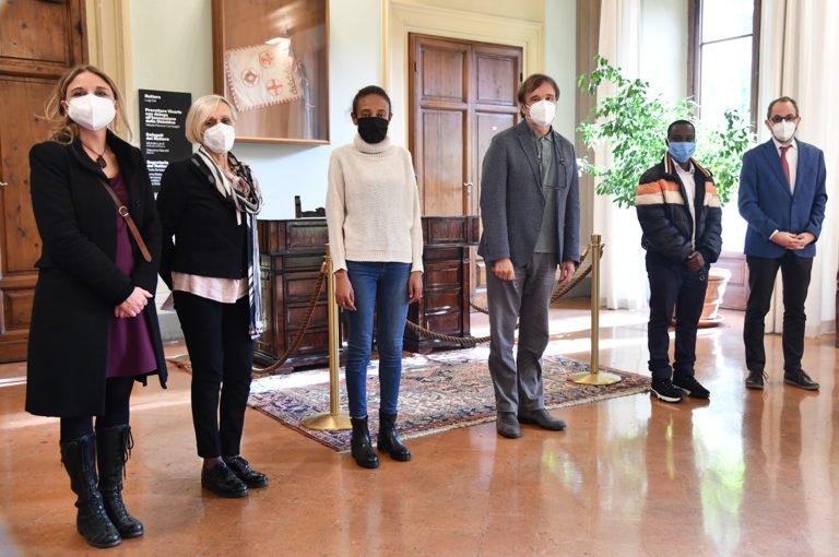 Two young refugees (third, fifth from the left) who  دو مهاجر جوان (نفر سوم و پنجم از طرف چپ) که برنده بورسیه تحصیلی شدند و می توانند در دانشگاه فلورانس تحصیل کنند./عکس: CREDIT/University of Florence Facebook page via ANSA