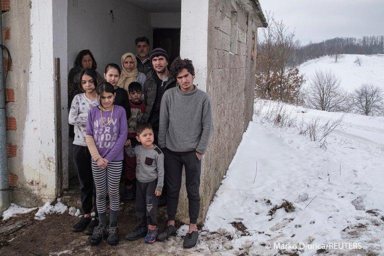 تعيش هاتان العائلتان من العراق وأفغانستان في بيت مهجور شمال البوسنة